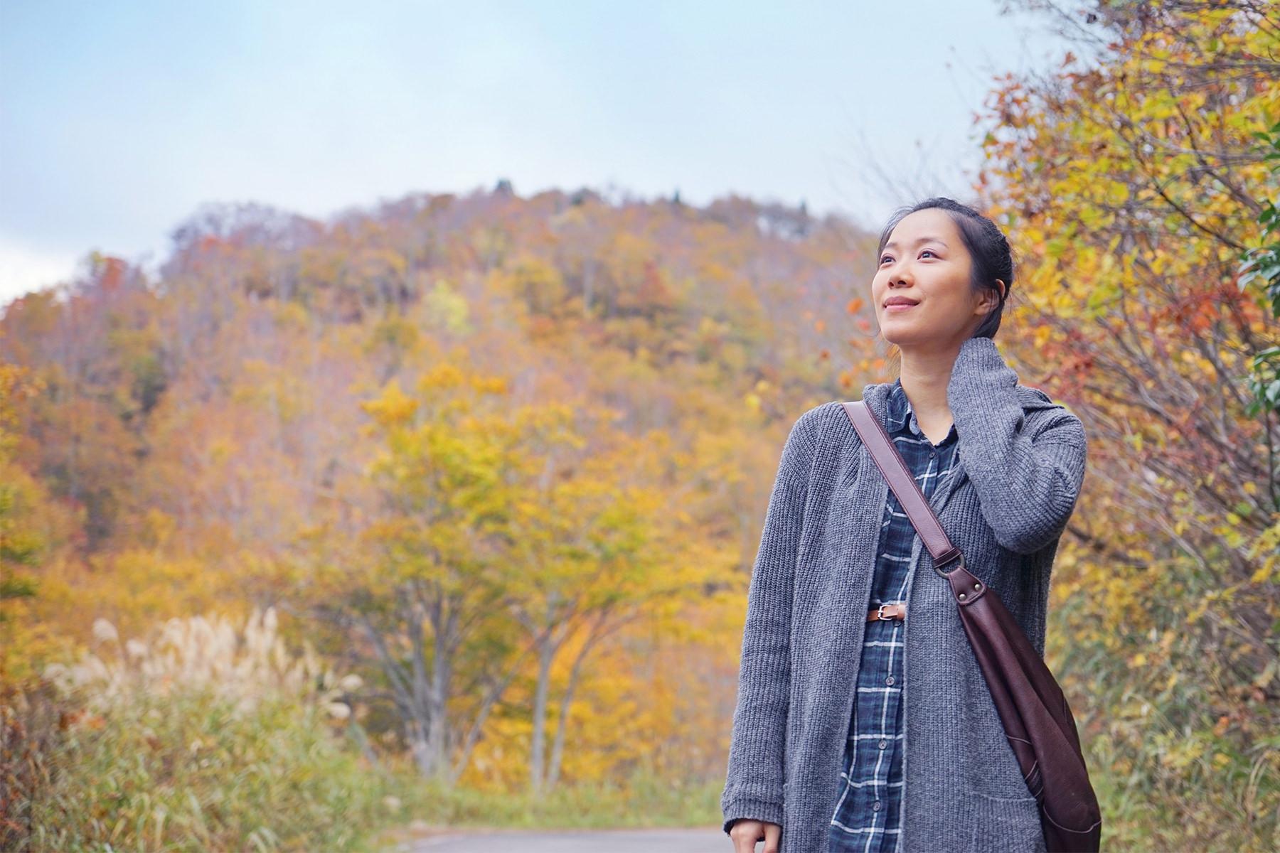 秋-2 山中の女性